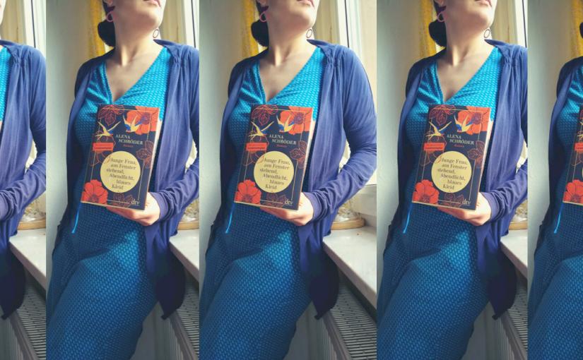Junge Frau, am Fenster stehend, Abendlicht, blaues Kleid – Alena Schröder